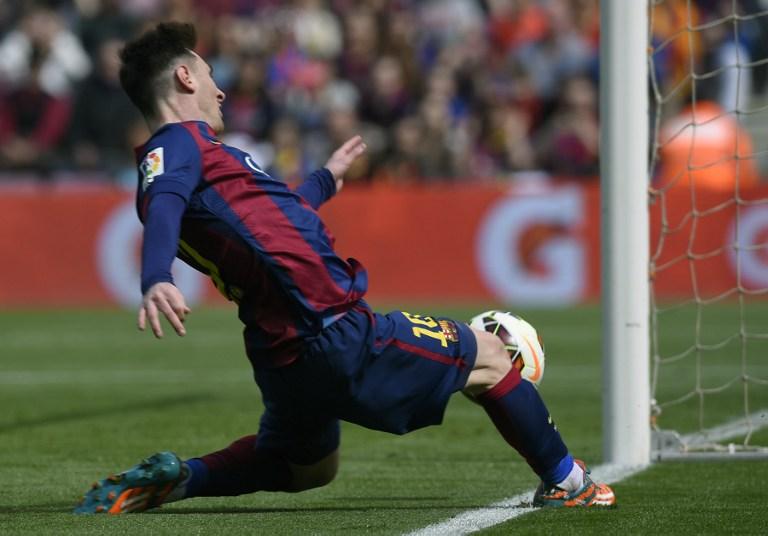Tres goles de Messi hace líder al Barcelona a dos semanas del Clásico