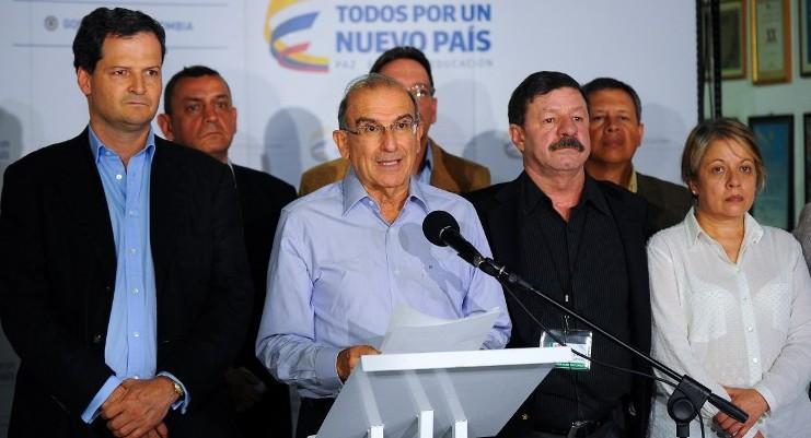 """Gobierno colombiano y FARC acuerdan limpiar minas, un """"paso gigante hacia la paz"""""""
