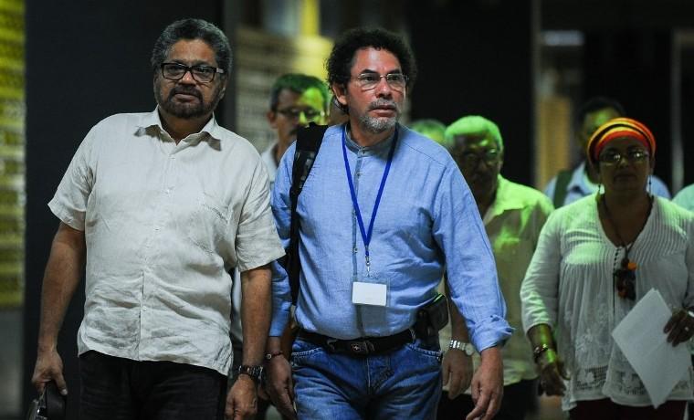 Archivo. Ivan Marquez (I) and Pastor Alape (C), a su llegada a la mesa de negociaciones, mayo 21, 2015.    AFP PHOTO/YAMIL LAGE