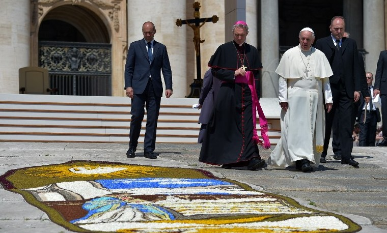 """Papa Francisco pide un """"nuevo orden social que rompa espiral entre familia y pobreza"""""""