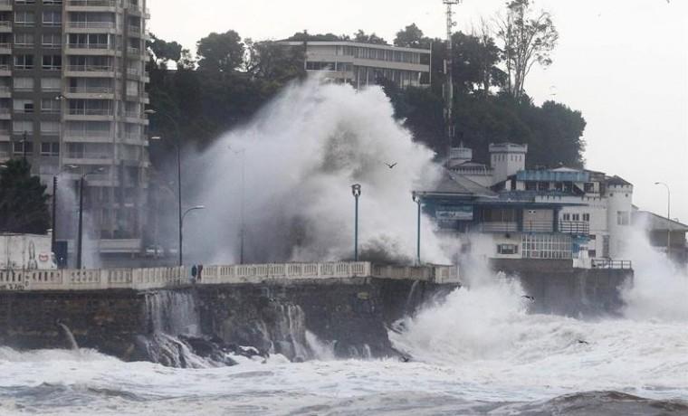 Fuertes olas afectan sector costero de Valparaíso, Chile