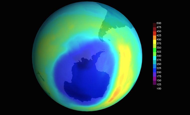 Imagen del agujero de ozono más grande en la Antártida, registrado en septiembre de 2000. Los datos se obtuvieron gracias al Total Ozone Mapping Spectrometer (TOMS) a bordo de un satélite de la NASA. Imagen de dominio público.