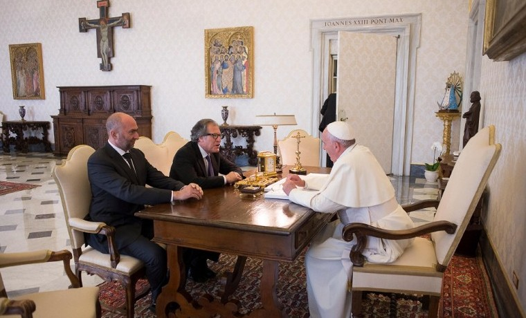 Noviembre 13, 2015. Papa Francisco con el Secretario General de la OEA, Luis Almagro, en audiencia privada en el Vaticano. AFP PHOTO / OSSERVATORE ROMANO