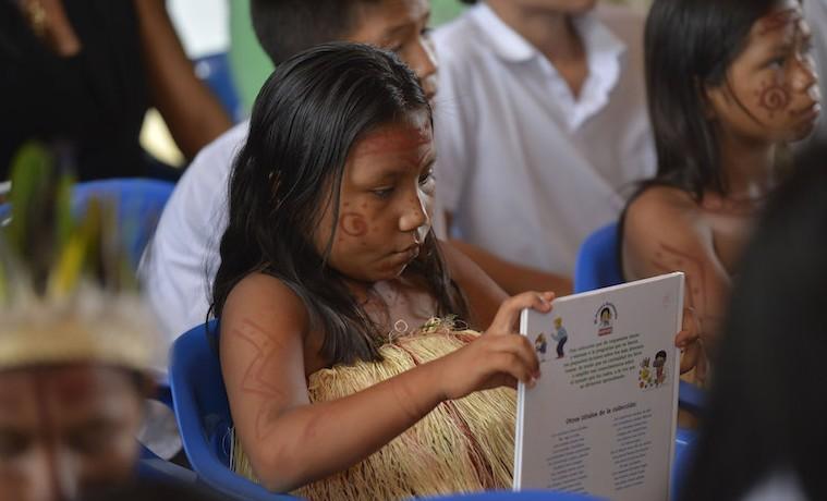En Mitú se cumplió la primera entrega de la campaña 'Regalar un libro es mi cuento', el Presidente Santos lideró entrega de 9.407 libros a estudiantes del Vaupés, meta alcanzada en solo mes y medio de lanzada la iniciativa. Mitú - 7 de noviembre de 2015.  Foto: César Carrión - SIG