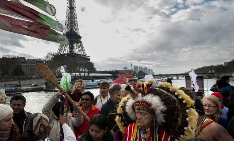 Representantes de varios grupo de indígenas en París protestando en COP21. París, noviembre 6, 2015. AFP / MARTIN BUREAU