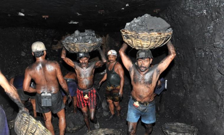 Archivo. Octubre 19, 2010. Mineros cargando canastas de carbón de una mina subterránea de la compañía Sinagareni Collieries Limited (SCCL) en Godavarikhani, a 250 kilómetros al este de Hyderabad. AFP PHOTO/Noah SEELAM