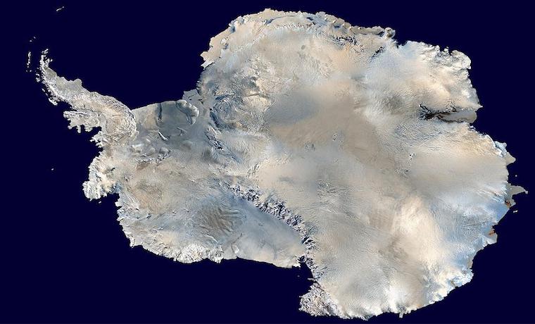 Imagen satelital compuesta de Antártica. Wikimedia Cominos. Por: Dave Page, 2006. Dominio Público.