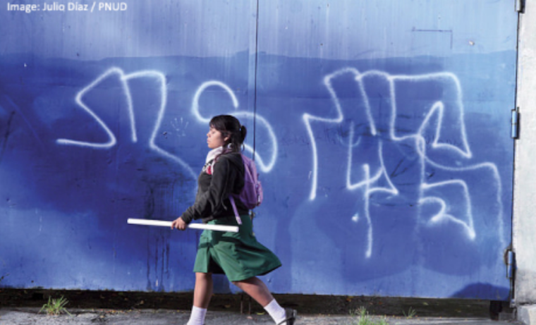 Las mujeres en América Latina y el Caribe estudian más, pero gananmenos