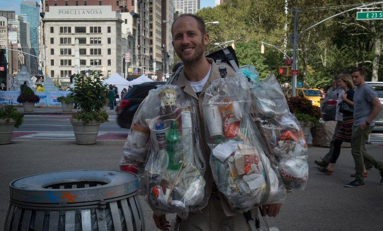 Hombre-basura se pasea por Nueva York para alertar sobre el consumo