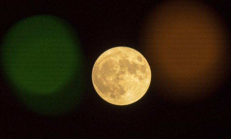 La superluna, en el cielo de Europa tras brillar en Asia y en el Pacífico