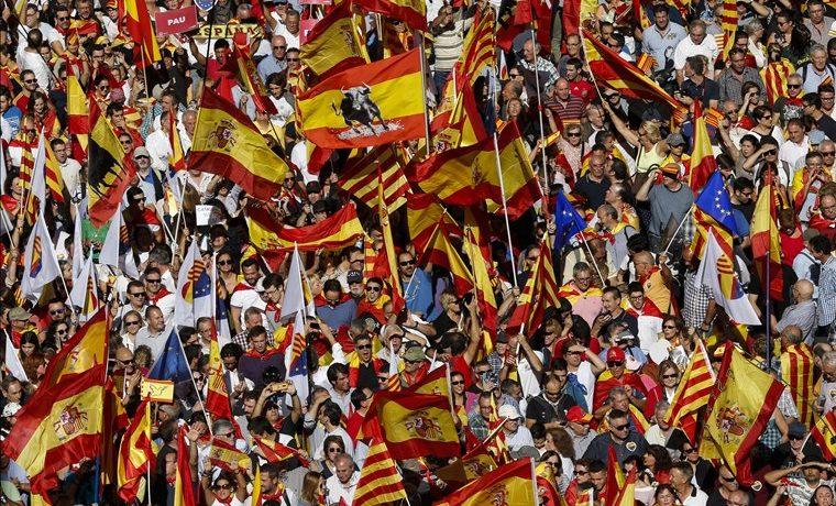 Cientos de miles se manifiestan en Barcelona contra independencia de Cataluña