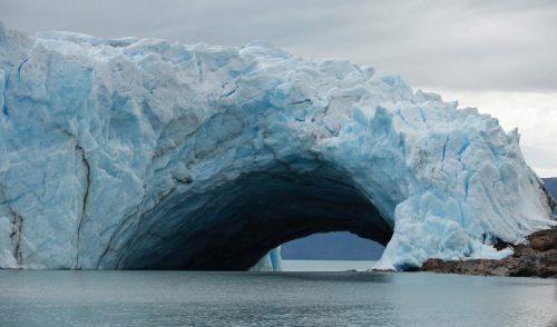 Se inicia imponente ruptura de arco de hielo en glaciar de Argentina
