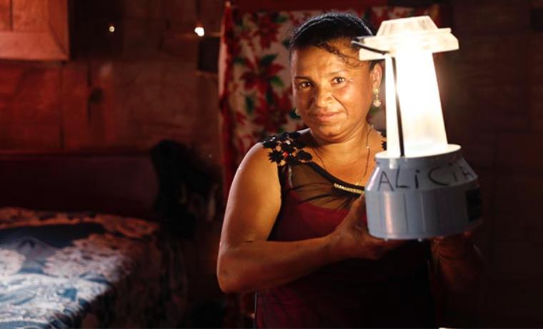ONU Mujeres lámpara solar