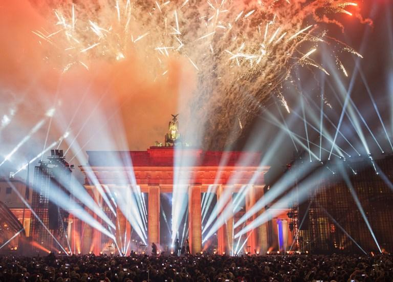 Miles de globos iluminan el cielo de Berlín para festejar la caída del Muro hace 25 años