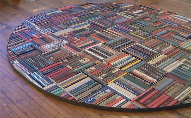Una gran alfombra de libros desechados