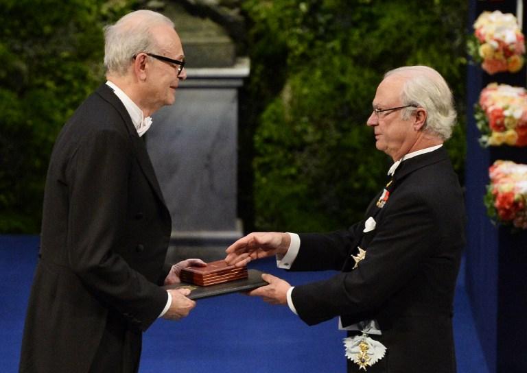 El rey de Suecia entrega el Nobel de Literatura a Patrick Modiano