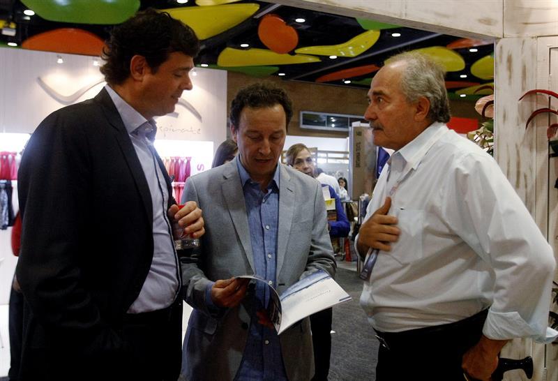 El viceministro de Desarrollo Empresarial del ministerio de comercio, industria y turismo, Felipe Sardi (c), y el presidente ejecutivo de Inexmoda, Carlos Botero (i), hablan con empresarios del sector textil durante un recorrido por los pabellones de Colombiatex 2015, Medellin. EFE/LUIS EDUARDO NORIEGA.