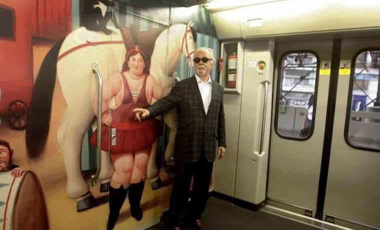 Archivo. El maestro colombiano Fernando Botero  fotografiado el viernes 30 de enero de 2015, en un vagón del metro en Medellín (Colombia) junto a una réplica de una de sus pinturas de la exposición 'El Circo'. EFE/LUIS EDUARDO NORIEGA