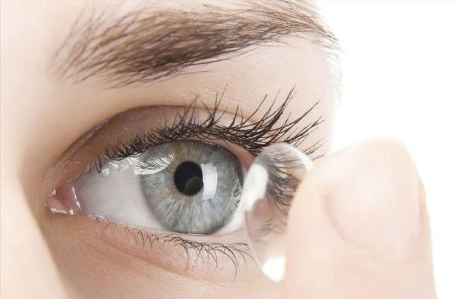 Lentes de contacto tecnológicos para amplificar la visión con un guiño