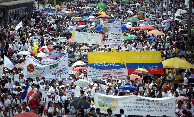 Colombia prorroga cese de bombardeos a FARC, en masiva jornada por la paz