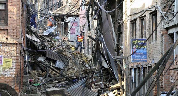 Más de 4.000 muertos por terremoto en Nepal, comienza éxodo de supervivientes