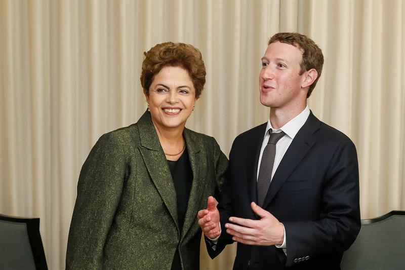 Rousseff posa con fundador de Facebook