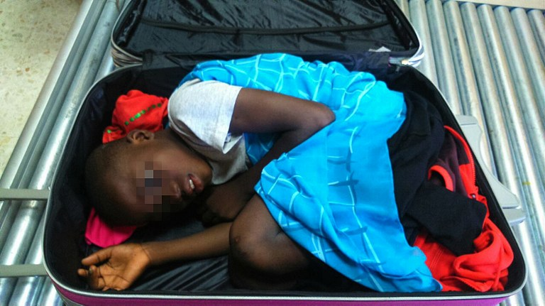Archivo. Foto suminstrada por la Guardia Civil Española. Mayo 8, 2015, mostrando al niño Adou Ouattara escondido en una maleta tratando de ingresar al país.  AFP PHOTO/ HO/ SPANISH GUARDIA CIVIL