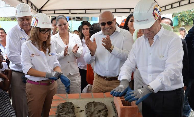 Construir 30 mil aulas de clase, compromiso del Presidente Santos