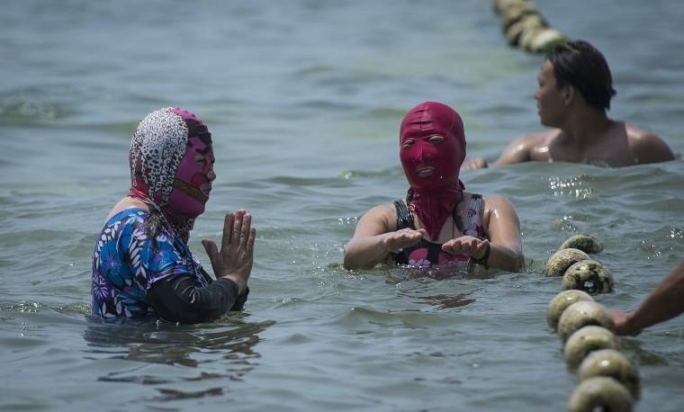 El 'facekini' se impone en China para evitar los efectos del sol