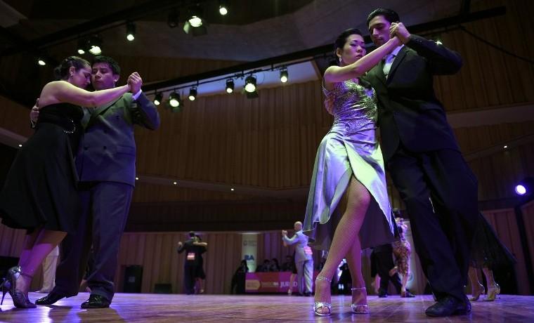 Bailarines de tango del mundo compiten en Buenos Aires
