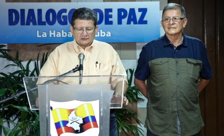 Archivo. Pablo Catatumbo (I) y Ricardo Tellez en rueda de prensa, agosto 24, 2015. AFP PHOTO / FARC-EP / HO