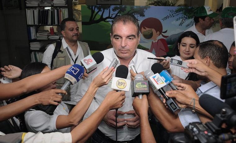 Archivo. El Ministro Aurelio Iragorri dialoga con campesinos de la región del Cesar, en Valledupar.