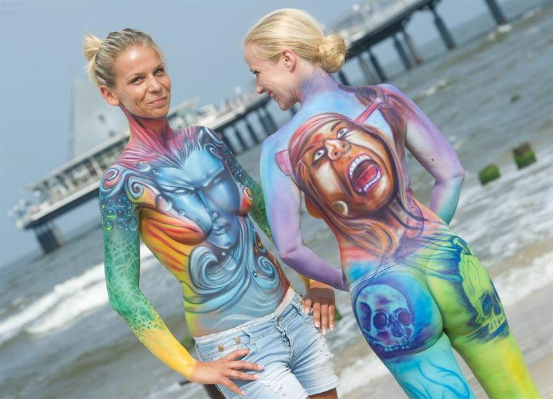 """""""Body Painting"""" en las playas de Heringsdorf, Alemania."""