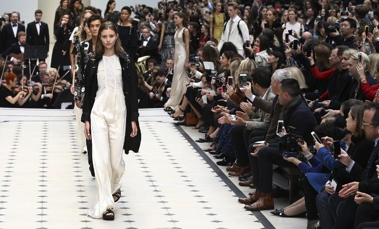 Burberry conjuga fuerza del cuero con delicados encajes en Fashion Week de Londres