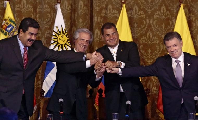 (Izq a der) Presidentes de Venezuela Nicolas Maduro, de Uruguay Tabaré Vázquez, de Ecuador Rafael Correa y de Colombia  Juan Manuel Santos unen sus manos al finalizar la reunión en Quito, septiembre 21, 2015. AFP PHOTO / JUAN CEVALLOS