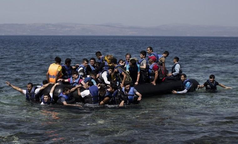 Archivo. Refugiados sirios llegan, a Lesbos, Grecia, después de cruzar el mar Egeo, en un bote inflable, septiembre 11, 2015. AFP PHOTO / ANGELOS TZORTZINIS