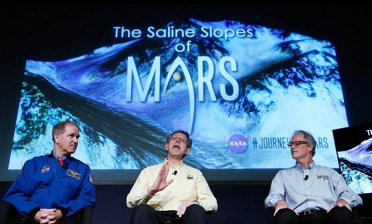 (I a D) John Grunsfeld, Jim Green, y Michael Meyer, de la NASA explicando en rueda de prensa los nuevos descubrimientos en Marte, septiembre 28, 2015. Win McNamee/Getty Images/AFP