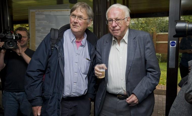 Tim Hunt (I), Premio Nobel de medicina del 2001, posa junto a Tomas Lindahl, octubre 7, 2015. AFP PHOTO / JUSTIN TALLIS