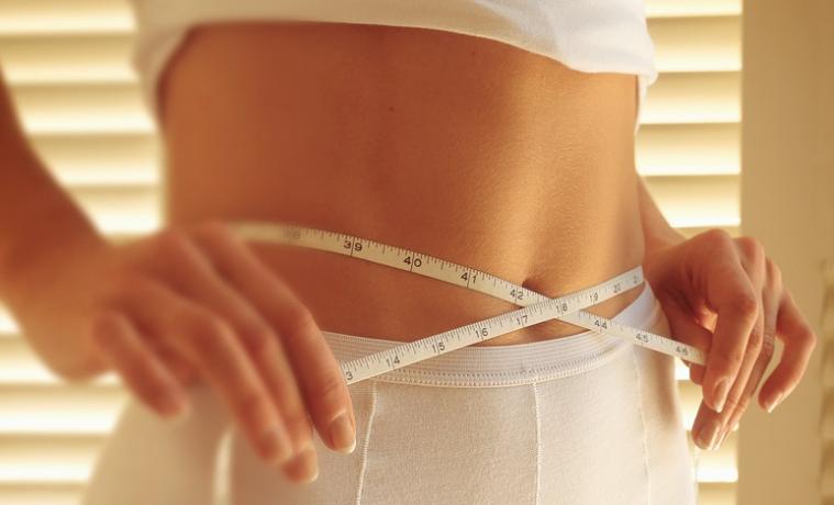 Mujer midiéndose la cintura. Foto: High Contrast, 2011. Wikimedia Commons. CC BY 3.0.