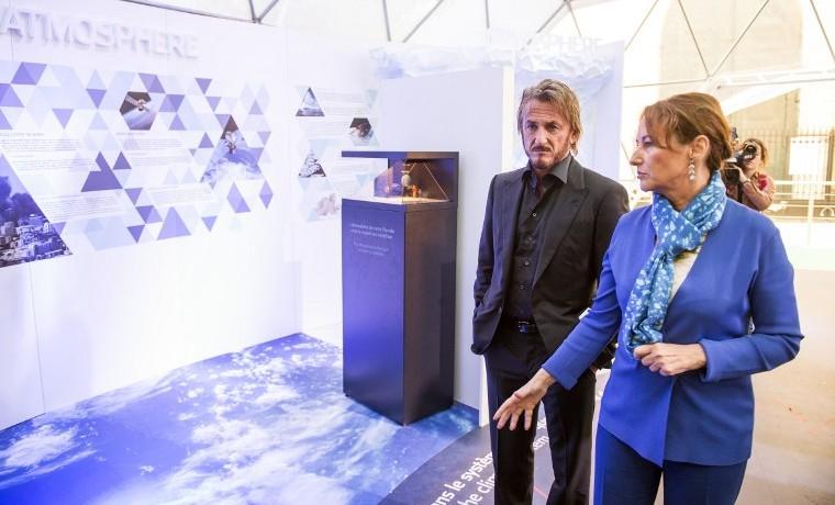 Sean Penn con la ministra de Ecología, Energía y Desarrollo Sostenible Segolene Royal, noviembre 1, 2015.  AFP PHOTO / LIONEL BONAVENTURE