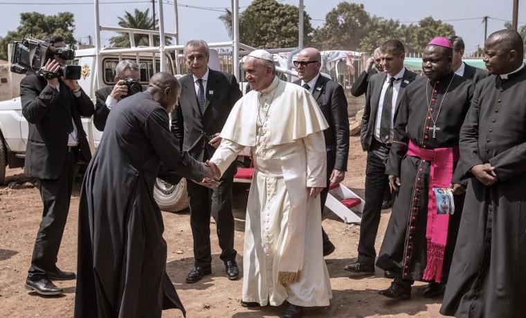 Francisco llama desde África a luchar contra el extremismo y el cambio climático