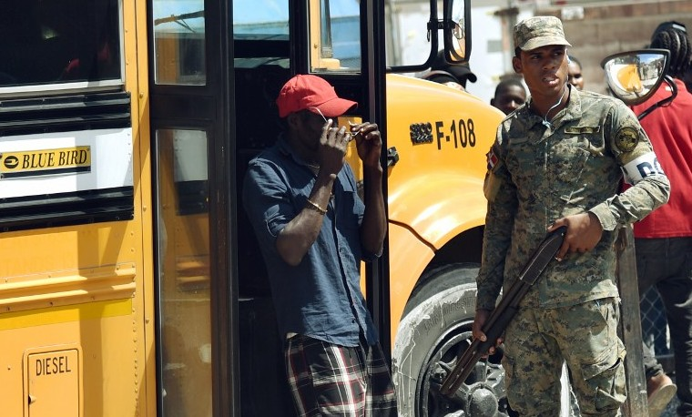 """""""No sé nada de este país"""", la difícil realidad de migrantes expulsados hacia Haití"""