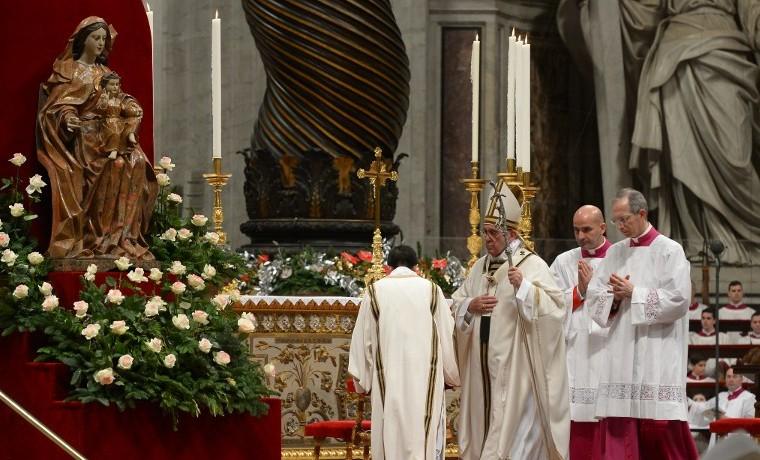 Papa insta a católicos a cultivar la justicia, en festejo navideño bajo tensión