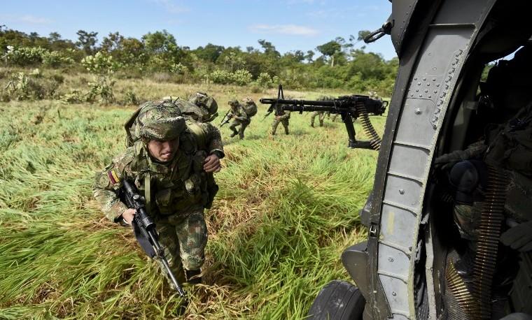 Ejército colombiano en operaciones contra la minería ilegal en la reserva natural Puinawai, Guainia, Colombia, noviembre 26, 2015. AFP PHOTO / LUIS ROBAYO / AFP / LUIS ROBAYO