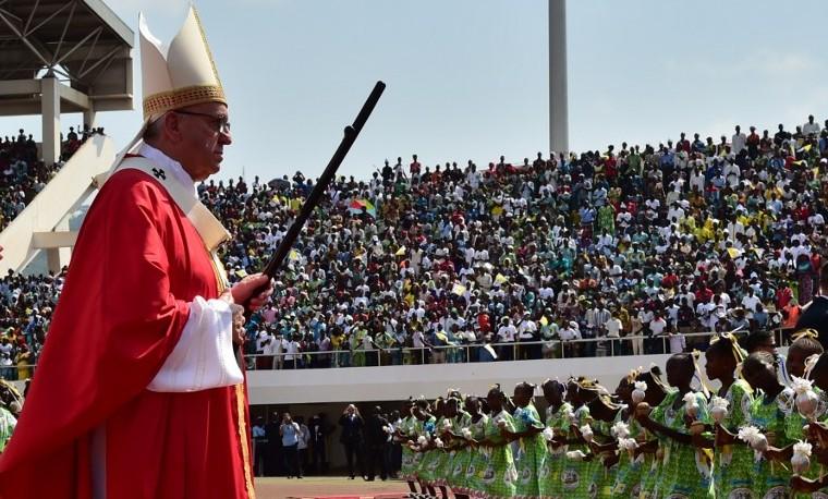"""El mundo enfrenta una """"grave crisis medioambiental"""", advierte el papa"""