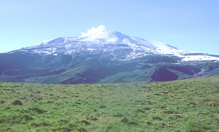 Nevado del Ruiz, Colombia. Wikimedia Commons, 1985. Imagen de dominio público.  United States Geological Survey, agency of the United States Department of the Interior.