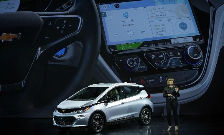 Mary Barra, Chairman y CEO de Chevrolet, presenta en Las Vegas el auto eléctrico Chevy Bolt EV. Alex Wong/Getty Images/AFP
