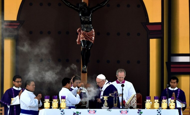 Papa Francisco tiende la mano a indígenas y pide perdón por su exclusión