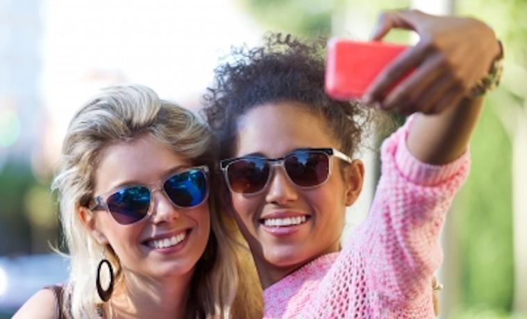 Impresionante expansión del acceso a Internet y los teléfonos móviles no es suficiente para que las mujeres estén en línea