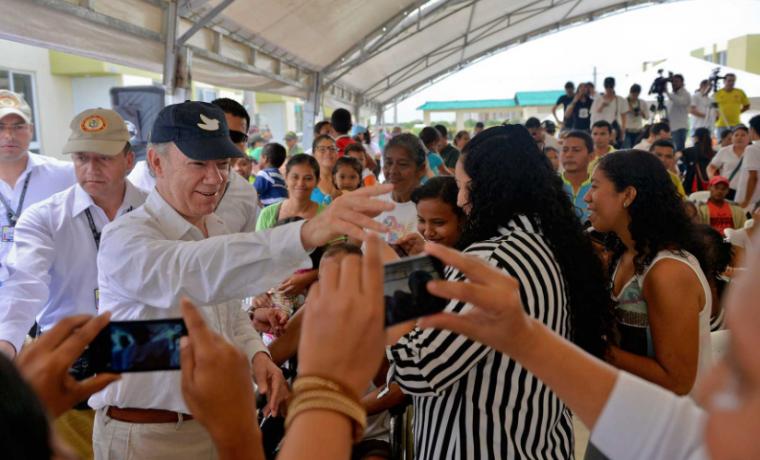 Santos se ríe de personas que recogen firmas para que siga la guerra